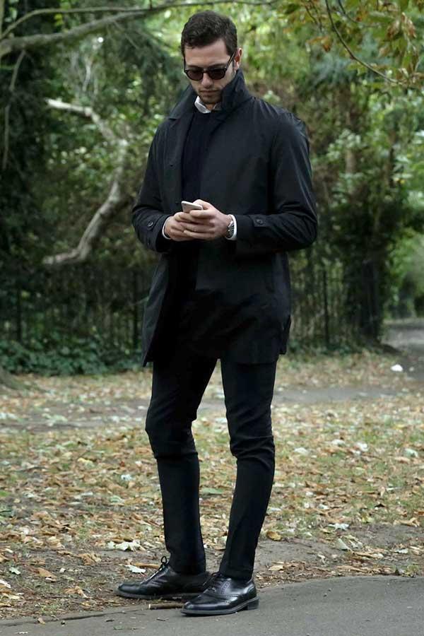 黒ステンカラーコート×白シャツ×黒クルーネックニット×黒パンツ×黒オックスフォードシューズ