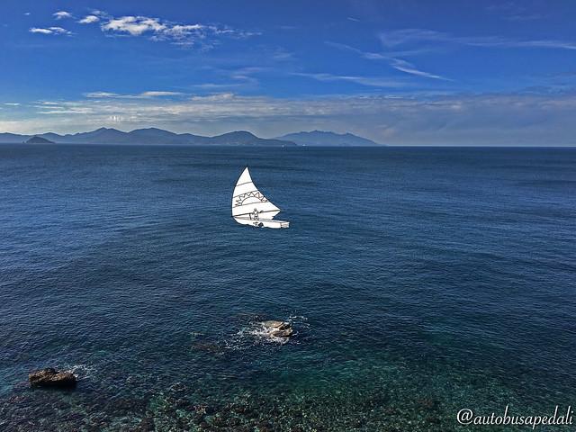 """""""Te ne sei accorto sì,  che passi tutto il giorno a disegnare  quella barchetta ferma in mezzo al mare  e non ti butti mai."""" Brunori Sas"""