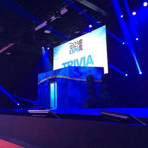 これから待望のパーク&リゾート講演。ステージ左右にドアが設置された?