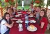 Die Mädels der Jugendtanzgruppe aus Karlsruhe beim Abendessen im Hof. Für sie ist die alte Heimat etwas Neues.