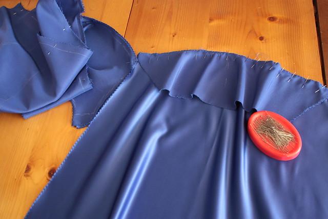 Dans l'atelier de couture, robe de soirée en satin bleu