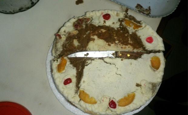 SUSPENDEN A LOCAL QUE VENDIÓ TORTA CON CUCHILLO ADENTRO