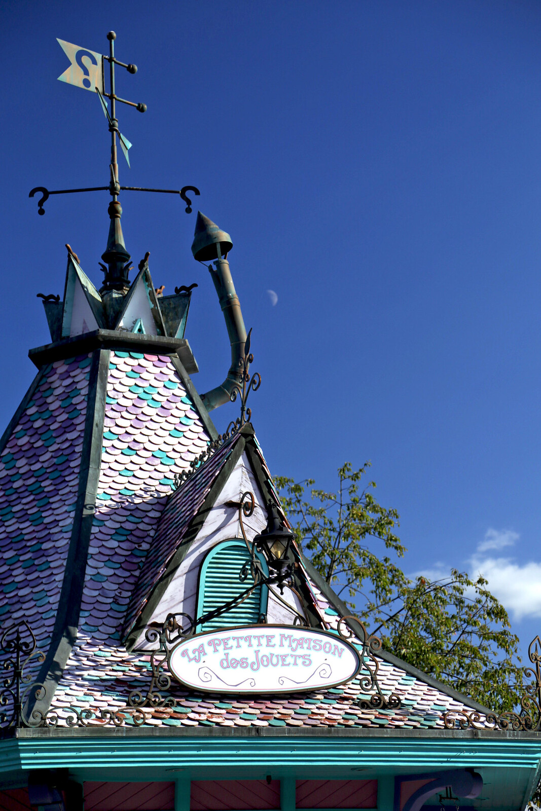 funny-house-roof-disneyland-paris