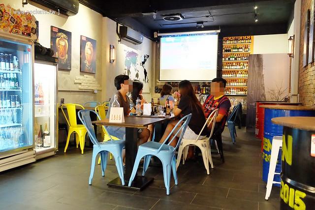 22974781140 db0df2f1f5 z - 【熱血採訪】薩克森比利時小酒館。餐廳有120吋的電視牆可以觀看球賽,滿滿的動漫公仔好像走進電影裡,義大利麵和燉飯都是正統義式作法