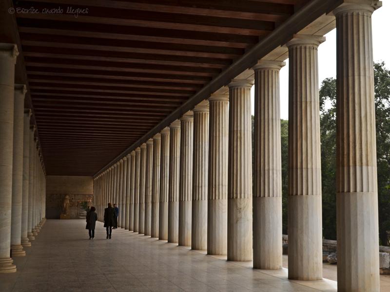 Stoa de Átalo restaurada, en el interior del Ágora griega
