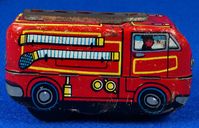 RD10081 Vintage Wind Up Tin Miniture Fire Truck Made in Japan DSC08368