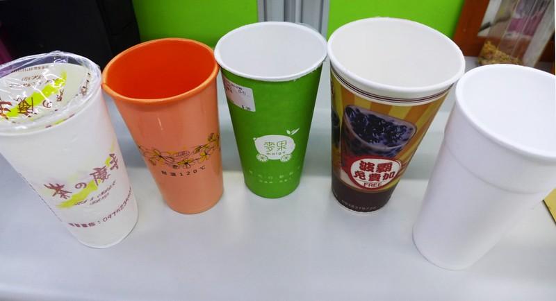 複合材質杯與保麗龍杯。左起 (1)PP+外層套PE發泡 (2)PP發泡 (3)外層紙杯,內層PE發泡 (4)外層紙杯,中層微膠囊發泡球,內層PE膜 (5)保麗龍杯