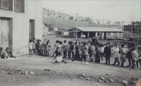 15j07 El setembre de 1965 s'inaugurà l'escola Ginesta, al barri de la Guineueta, per un grup de pares i mares amb el suport del rector de la parròquia de Sant Mateu, mossèn Josep Maria Comerma