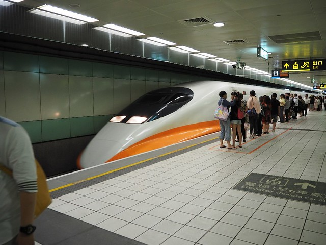 Taiwan Highspeed Rail - Train arriving at Taoyuan Station