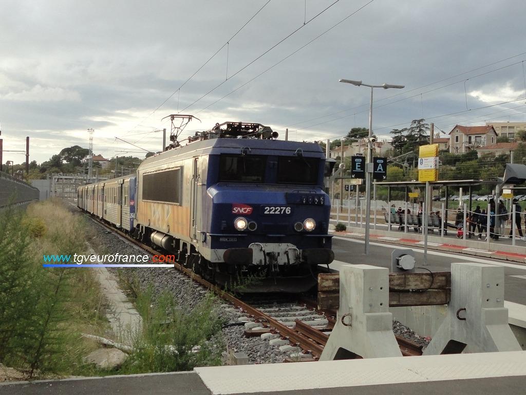 La locomotive électrique bicourant BB 22276 RC en gare d'Aubagne