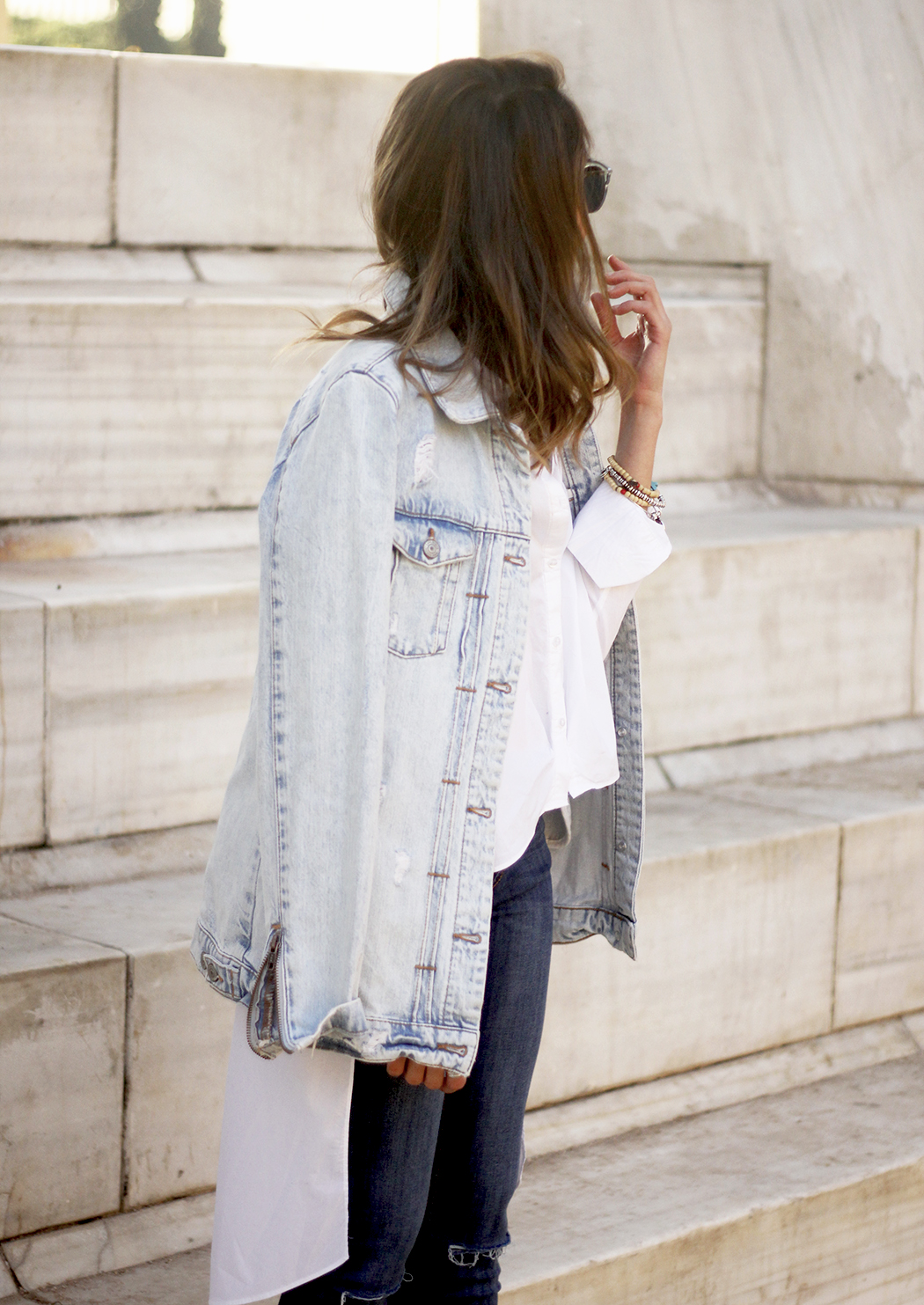 Denim Jacket Jeans White Shirt Black Heels outfit02