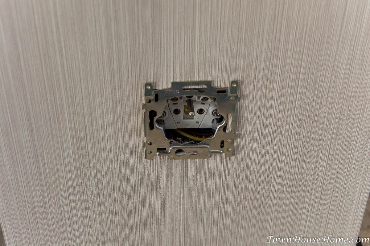 Single outlet frame