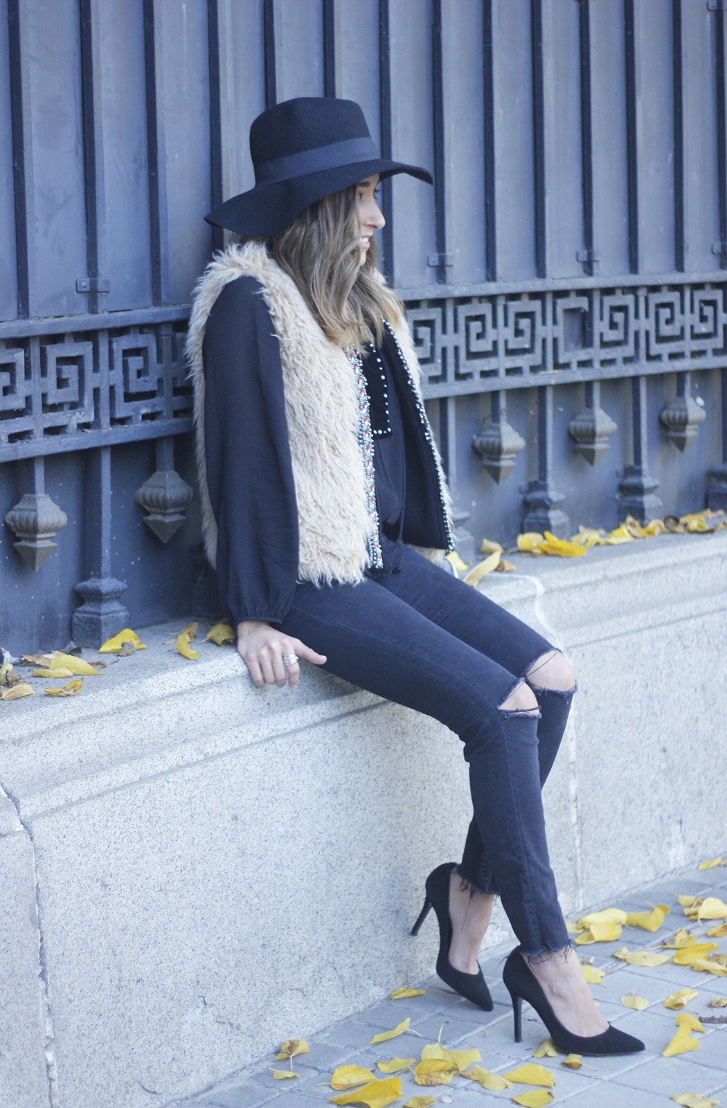 Faux Fur Vest Black Ripped Jeans Outfit03