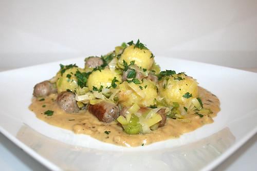 31 - Dumpling fry with bratwurst - Side view / Knödelpfanne mit Bratwurst - Seitenansicht