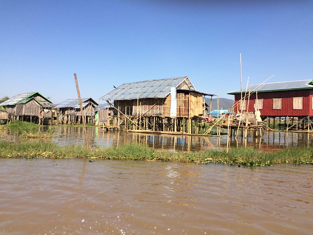 Village flottant sur le lac Inle au Myanmar