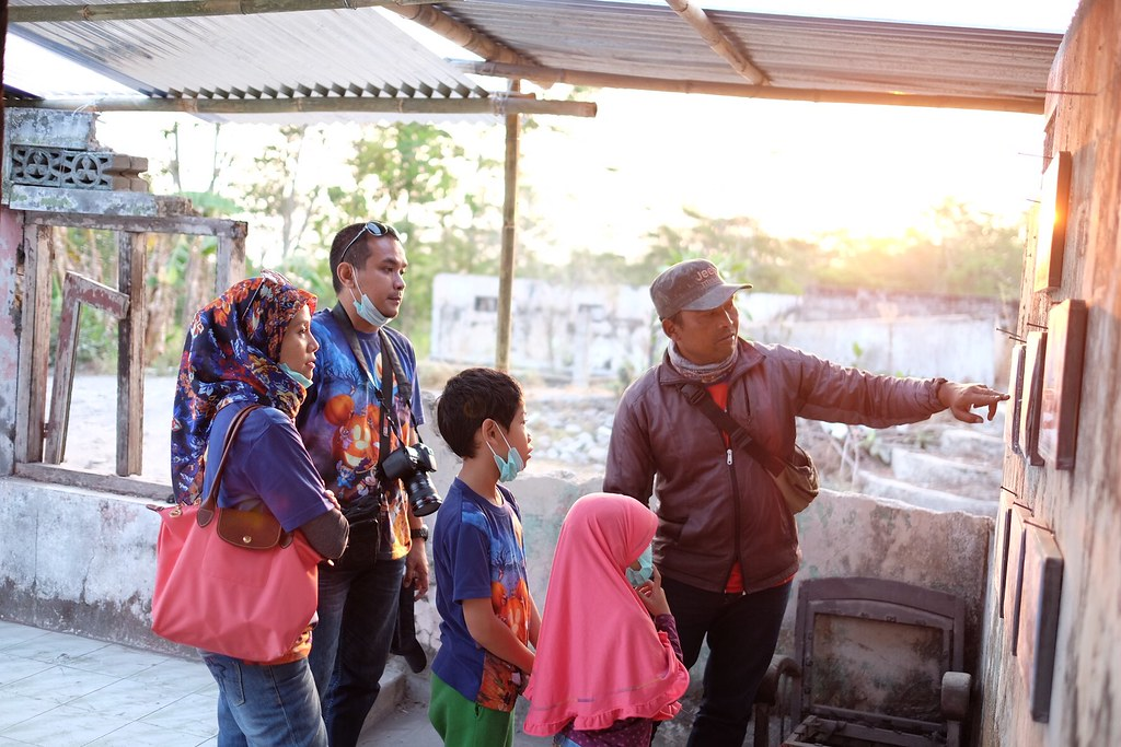 The tour guide explaining the scene on the photo of Merapi volcano eruption. @merapi museum, kaliurang, jogja #kaliurang #merapi #gunungmerapi #merapimountain #jogja #yogyakarta #streetphotography #captureonstreet