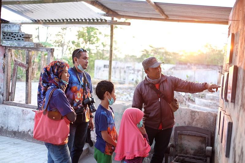 The tour guide explaining the scene on the photo of Merapi volcano eruption. @merapi museum, kaliurang, jogja #kaliurang #merapi #gunungmerapi #merapimountain #jogja #yogyakarta #streetphotography #captureonstreet