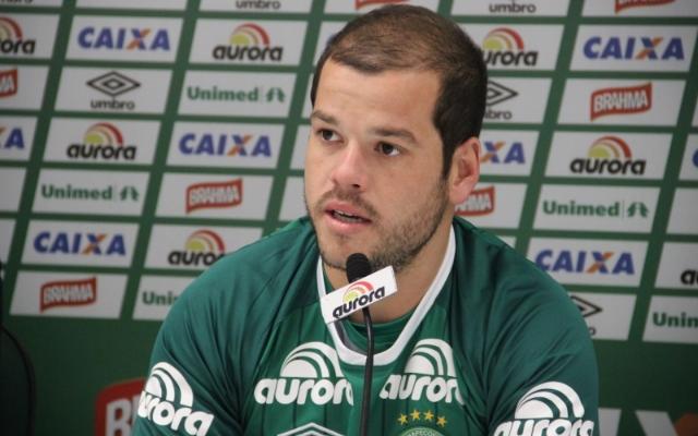 Sem renovar contrato com a Chape, Tiago Luis elogia o clube catarinense e segue com futuro indefinido