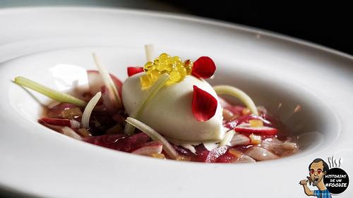 Ceviche de bonito, cebolla roja con vinagre de frambuesa y lima-cilantro