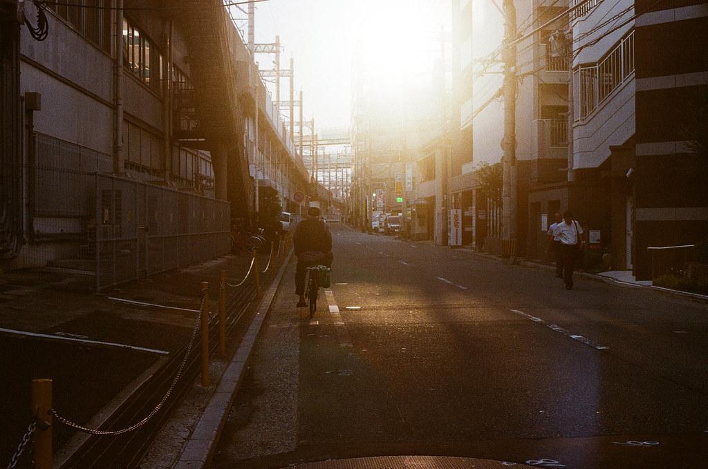 黃昏 博多駅 福岡 Fukuoka 2015/09/03 這天我就先回到博多車站,我好像是先回來整理一下行李,晚上再出來吃東西。剛好遇到黃昏 ...  Nikon FM2 / 50mm Kodak UltraMax ISO400 Photo by Toomore