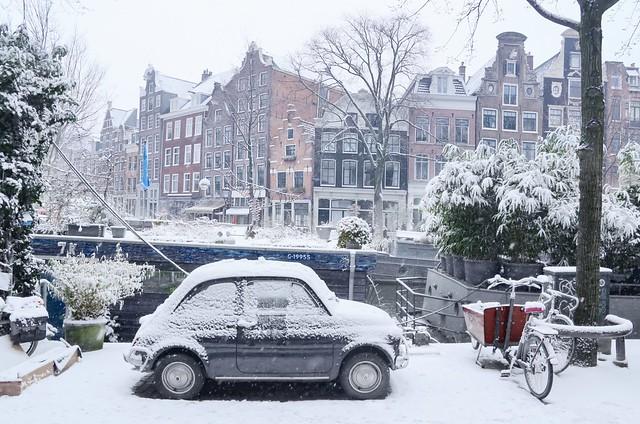 L'auto più bella durante una passeggiata invernale lungo la Prinsengracht di Amsterdam