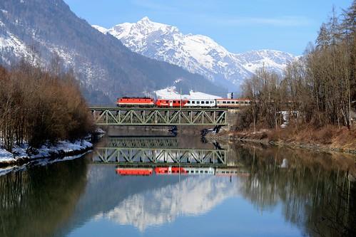 ennstalbahn bischofshofen salzburgerland salzachtal salzach salzachbrücke hagengebirge öbb 1144 1144101 wintervorspann steuerwagen cityshuttle intercity ic512 spiegelung