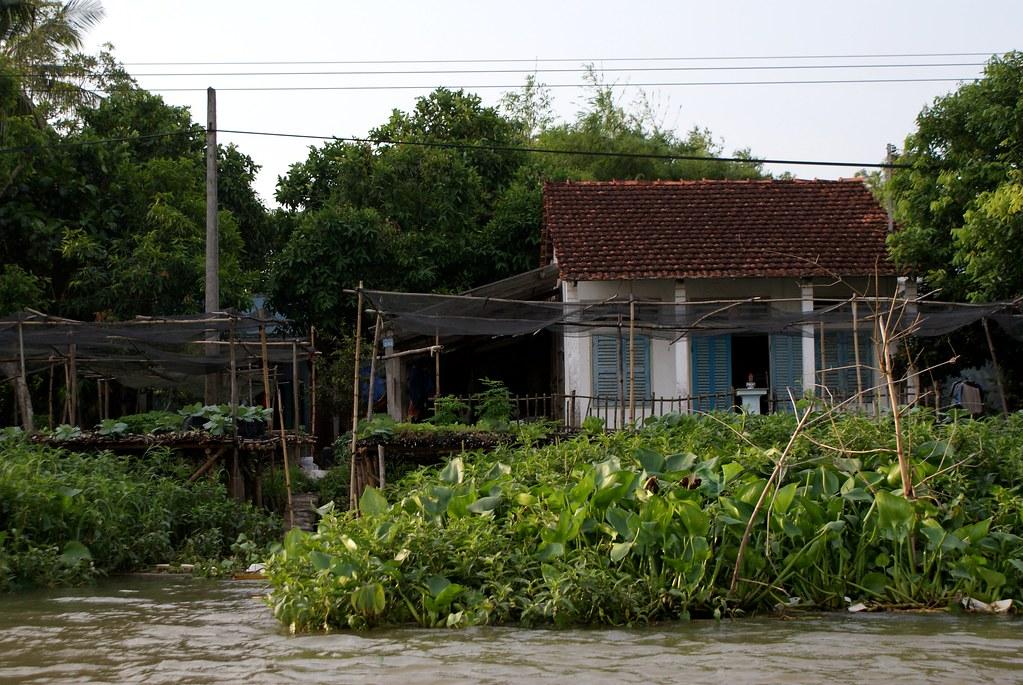 Petite maison du début du siècle au bord du Mékong.
