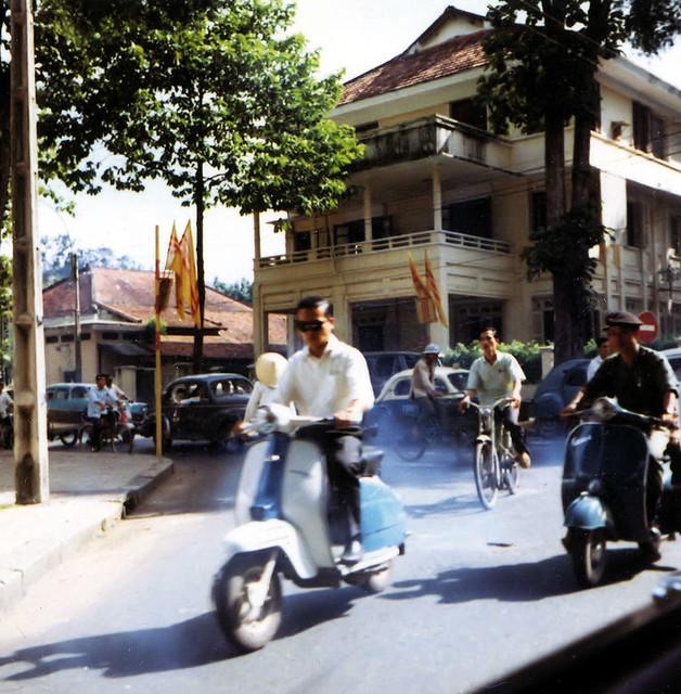 Saigon 1964-68 by Dennis Jax - Ngã tư Công Lý-Nguyễn Du. Xe Vespa đang trên đường Nguyễn Du
