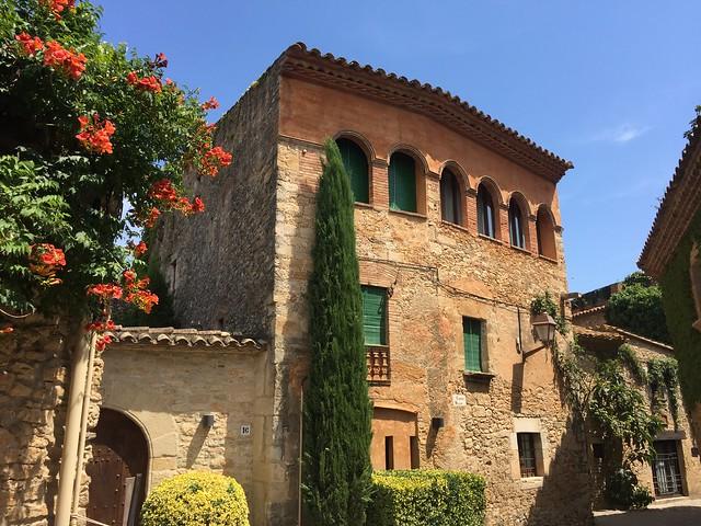 Así es Peratallada, el pueblo medieval de la Costa Brava que recuerda a la Toscana