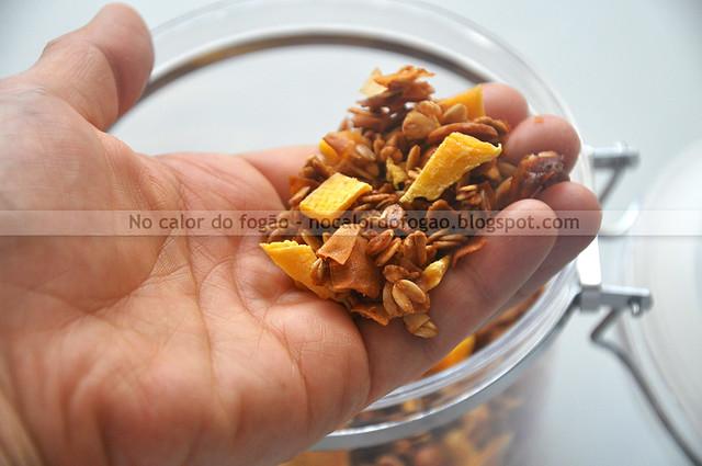 Granola tropical de coco, castanha de caju e manga.