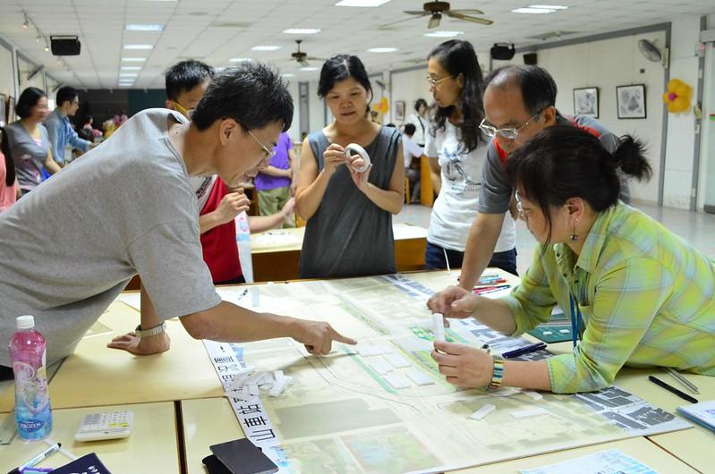 市民一起參與工作坊討論鳳山車站的空間規劃。鳳山創新前進基地提供。