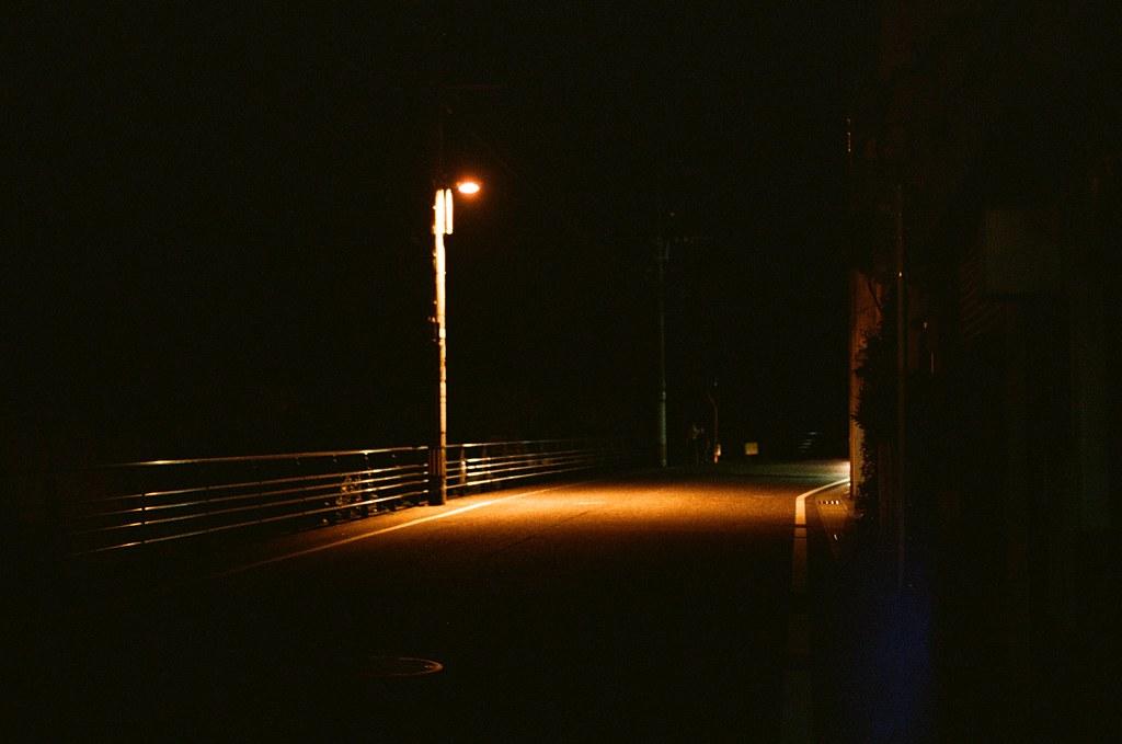 路燈 長崎 Nagasaki 2015/09/07 我住的地方周圍的店家晚上很早就關門了。  Nikon FM2 / 50mm Kodak UltraMax ISO400 Photo by Toomore