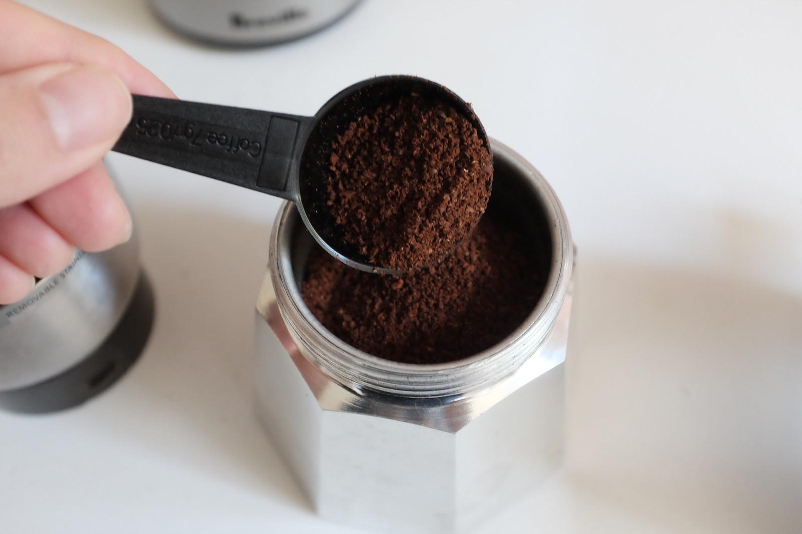 커피를 넣어준다