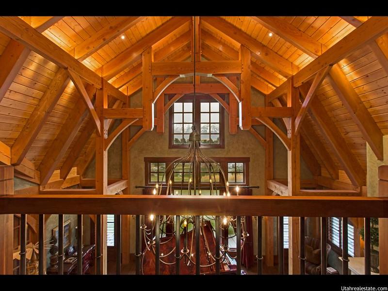 Красивый деревянный интерьер дома