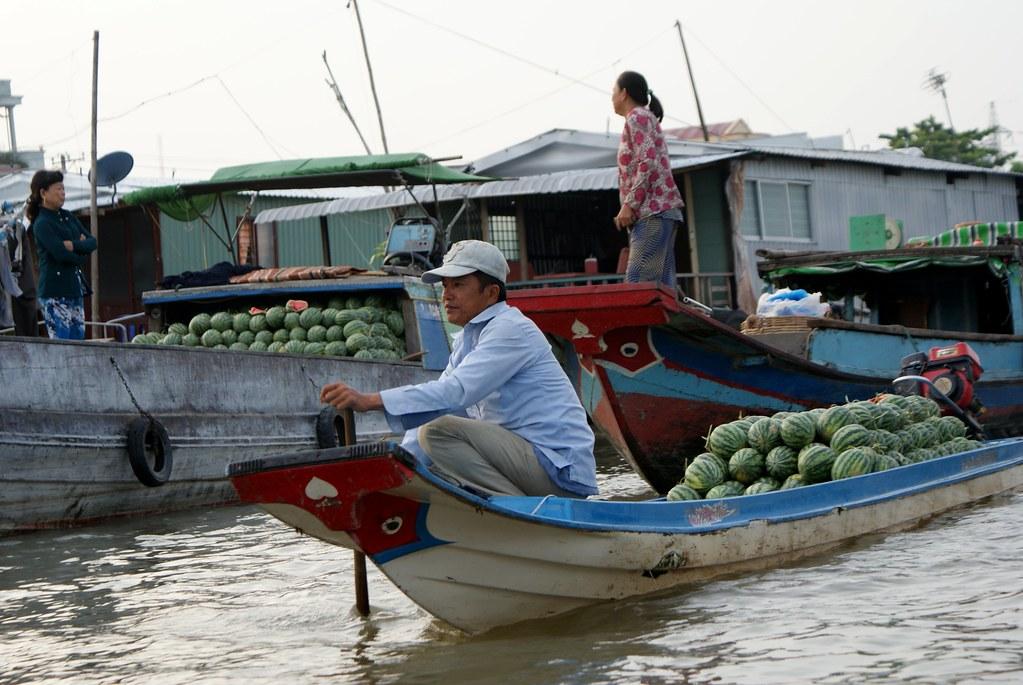 Vendeuses et vendeurs de pastèques au marché de Cai Rang près de Can Tho dans le delta de Mékong (Vietnam).