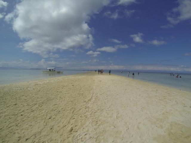 ほんのちょっとの砂浜と広大な浅瀬が続く何もない島。何もないけど、何もないからこその絶景が待っている。
