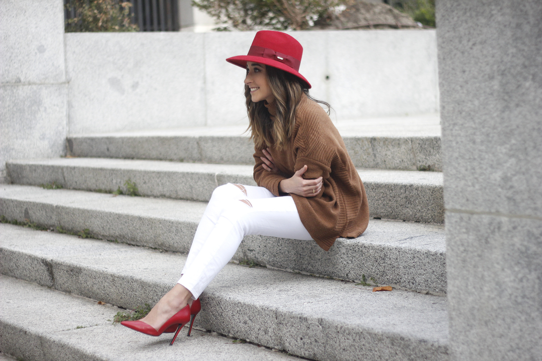 Turtleneck Sweater white jeans red heels red hat uterqüe outfit14