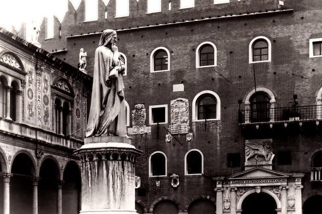 Dante at Piazza dei Signori, Verona