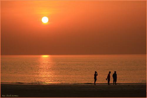 beach strand sonnenuntergang sunset uae emirat dubai persischergolf gulfofpersia arabischergolf sand meer ocean sea wasser water evening menschen men people sun sonne jumeira jumeirabeach