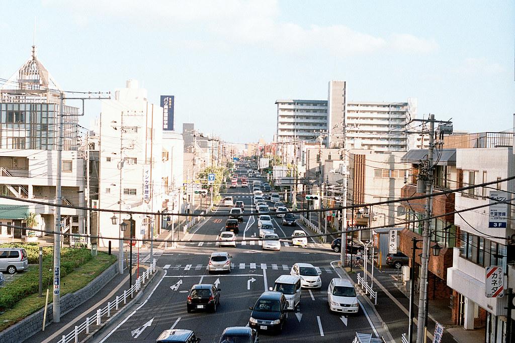 """千葉市 ちばし Chiba-shi 2015/08/05 這在千葉県庁前附近的天橋上拍攝的。我記得那時候牆很高,我只是高舉相機按下快門這樣,所以是回來才看到是怎樣的畫面。  Nikon FM2 / 50mm Kodak ColorPlus ISO200  <a href=""""http://blog.toomore.net/2015/08/blog-post.html"""" rel=""""noreferrer nofollow"""">blog.toomore.net/2015/08/blog-post.html</a> Photo by Toomore"""