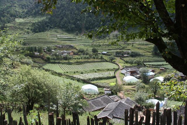 位於古帕覺和阿則雄吉古兩山的山坳處的波多羅村。攝影:詹嘉紋。