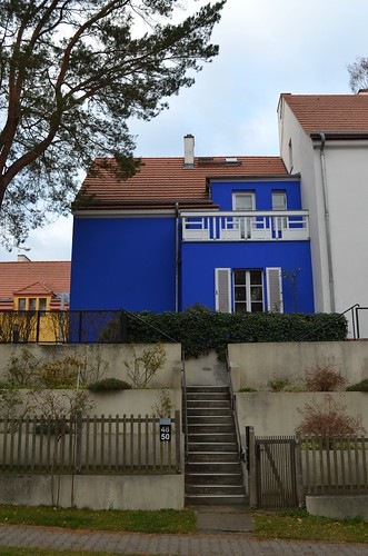 UNESCO World Heritage Site Berlin Modernism Housing Estates Gartenstadt Falkenberg Garden City Tuschkastensiedlung stairs to bright blue house on Gartenstadtweg