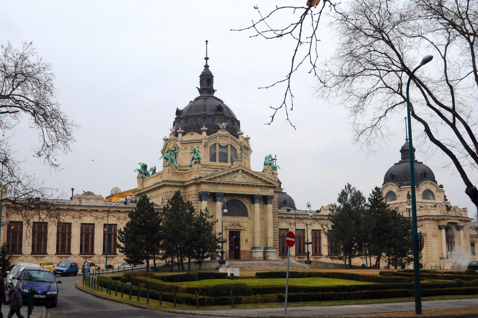 Qué ver en Budapest en un fin de semana: Edificio exterior de los Baños Szechenyi budapest en un fin de semana - 21234262380 46fa320b96 o - Qué ver en Budapest en un fin de semana