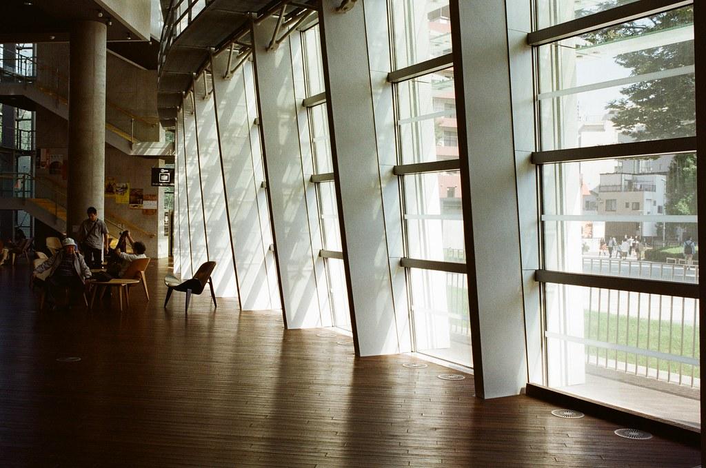 國立新美術館 Tokyo, Japan / Kodak ColorPlus / Nikon FM2 想要鼓起勇氣休一個長假,即使最後沒辦法回來工作也沒關係。  突然想和七月一樣、想和安生一樣,但我需要一個可以讓我寫信的人。  好難!  老實說中國大陸很適合搭火車慢慢旅行,尤其我又是愛拍街景,胡同又是我愛的拍攝主題。  離開日本也好、改變不了的,放棄也好。  Nikon FM2 Nikon AI AF Nikkor 35mm F/2D Kodak ColorPlus ISO200 0999-0002 2015-10-03 Photo by Toomore