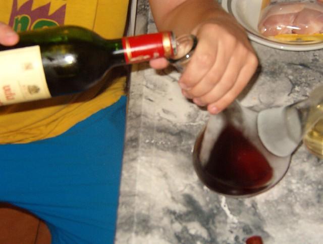 Kalimotxo HOW-TO 2/5 | El siguiente paso es verter el vino e ...