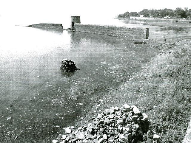 चित्र 5, बड़े तालाब के जल क्षेत्र में स्थित दीवाल
