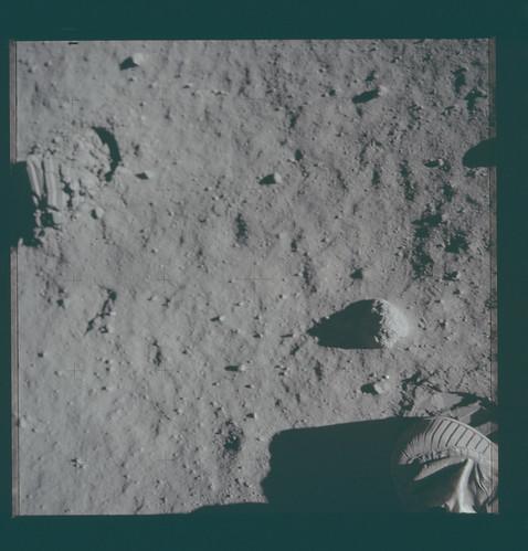 AS11-40-5879