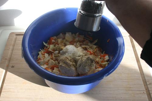 29 - Salat mit Gewürzen abschmecken / Taste salad with seasonings