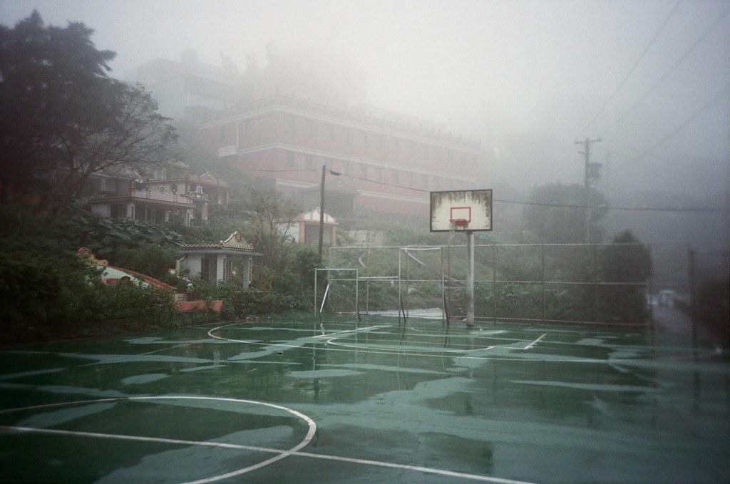 九份 Taipei / Portra 400 / Lomo LC-A+ 2015/11/14 我喜歡九份這樣霧茫茫的風景,整片山寂靜無人的樣子。當走到老街的時候,被吵雜的喧鬧聲拉回來。  九份有好多日本觀光客,所以吵雜聲混著日文交談,感覺好像在日本一樣,很特別!  Lomo LC-A+ Kodak Pro Portra 400 3187-0023 Photo by Toomore