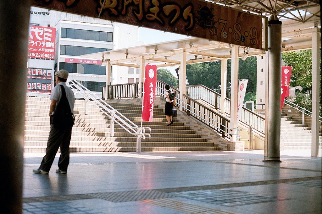 """水戸駅(みとえき)Mito-Eki 2015/08/06 水戶車站一景,後來才知道這裡是水戶黃門統領過的地方。  Nikon FM2 / 50mm Kodak ColorPlus ISO200  <a href=""""http://blog.toomore.net/2015/08/blog-post.html"""" rel=""""noreferrer nofollow"""">blog.toomore.net/2015/08/blog-post.html</a> Photo by Toomore"""